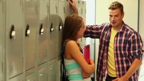 Deux étudiants flirter dans le couloir à côté des casiers — Vidéo