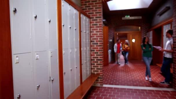 Deux étudiants de marcher et de parler dans le couloir — Vidéo