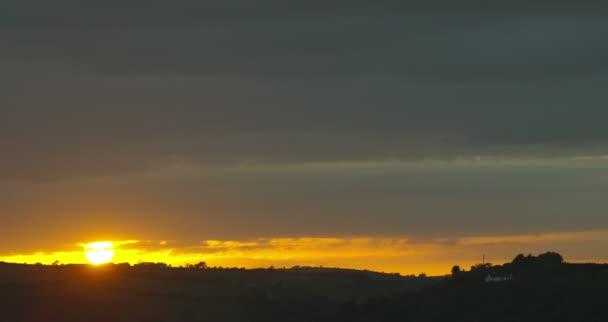 Hermoso amanecer sobre los campos — Vídeo de stock