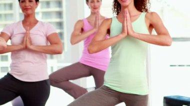 женщины на класс йоги — Стоковое видео