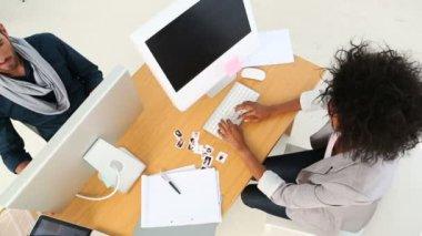 设计团队在办公桌前工作和相机向上微笑 — 图库视频影像