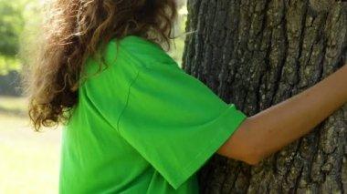 Environmental activist hugging a tree — Stock Video