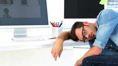 Photo editor sleeping at his desk — Stock Video