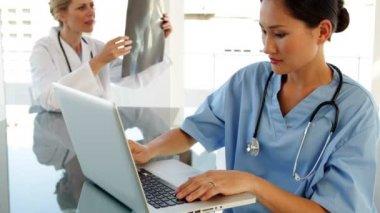 Cirujano usando una laptop en mesa — Vídeo de stock