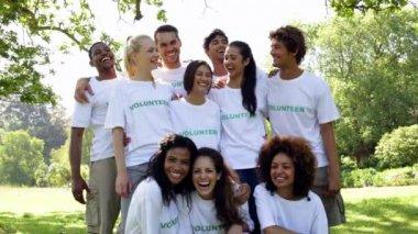 Grupp av frivilliga som ler mot kameran — Stockvideo