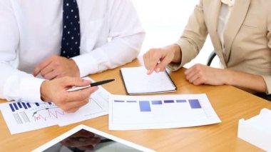 бизнес-команда вместе просматривают документы и данные — Стоковое видео