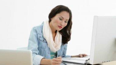 Asiatische Frau, die arbeitet am Schalter im Ordner schreiben — Stockvideo