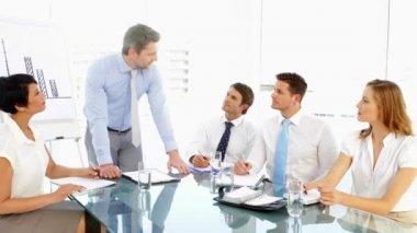 Zakenman sprekend aan zijn personeel tijdens vergadering — Stockvideo