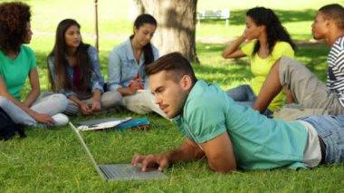 学生の彼の友人の前に彼のラップトップを使用して — ストックビデオ