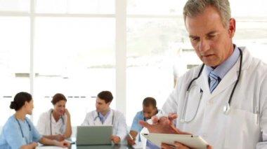 Maduro médico usando su tablet — Vídeo de stock