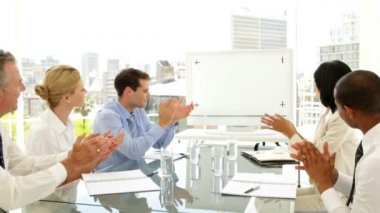 Business people applauding at a meeting — Vidéo