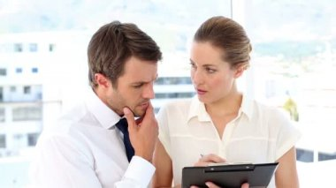 Businesswoman going over checklist with colleague — Stock Video