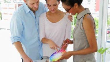 Female designer advising young couple — Stock Video