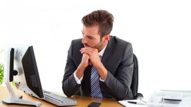 Anxious businessman sitting at his desk — Vídeo Stock