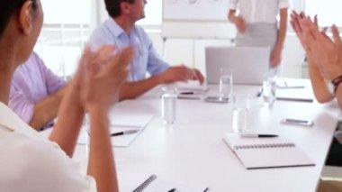 бизнес-группа, аплодируя после презентации — Стоковое видео