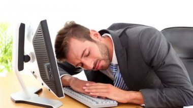 Exhausted businessman sleeping at his desk — Stock Video