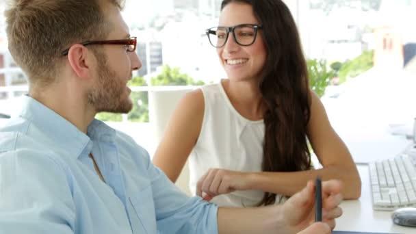 Collaborateur de baisers belle femme d'affaires — Vidéo