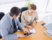ντυμένοι κομψά τους συναδέλφους στην επαγγελματική συνάντηση — Φωτογραφία Αρχείου