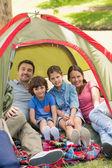 Met kinderen zitten in de tent bij park (echt) paar — Stockfoto
