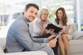 Empresario con tableta digital con colegas en casa — Foto de Stock