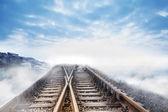 Bulutlar için önde gelen demiryolu parça — Stok fotoğraf