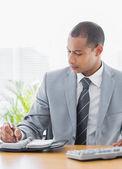 бизнесмен, писать в дневник на офисном столе — Стоковое фото