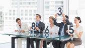 судьи в ряд, держа оценка знаки — Стоковое фото