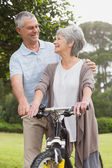 Senior couple on cycle ride at park — Stockfoto