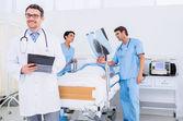 医生在医院举行的病人报告 — 图库照片