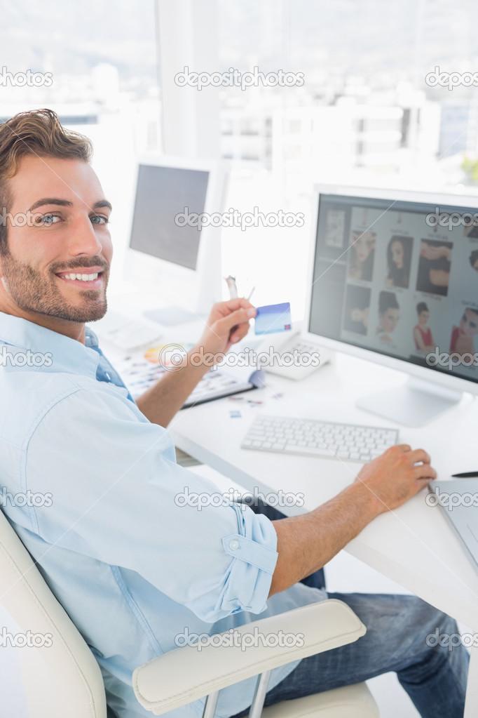 Editor de fotos hombres trabajando en la computadora de for Computadoras para oficina