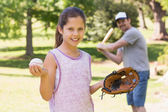 Father and daughter playing baseball — Stockfoto
