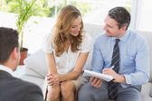 Uśmiecha się para w spotkaniu z doradcą finansowym — Zdjęcie stockowe