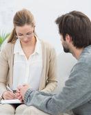 Homme en réunion avec un conseiller financier — Photo