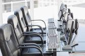 Cadeiras, computadores e fone de ouvido em um escritório moderno — Fotografia Stock