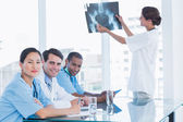 Doctor explaining x-ray to her team — Stock Photo