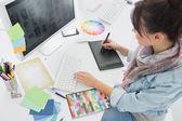 Artista a dibujar algo en la tableta gráfica en la oficina — Foto de Stock