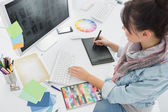 Künstler zeichnung etwas auf grafiktablett im büro — Stockfoto