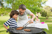 семья на отдыхе с барбекю — Стоковое фото