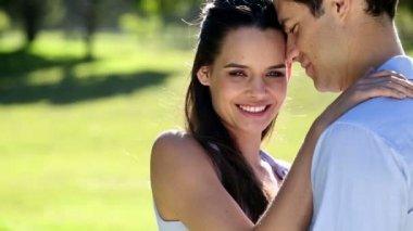 Liefdevolle paar staande in het park — Stockvideo