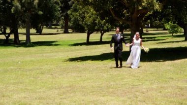 Excited newlyweds running towards the camera — Vidéo