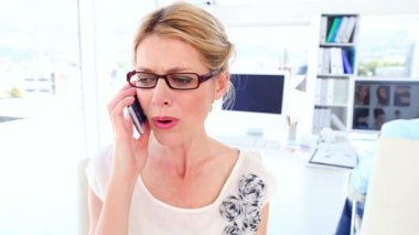Disappointed businesswoman on the phone — Stock Video