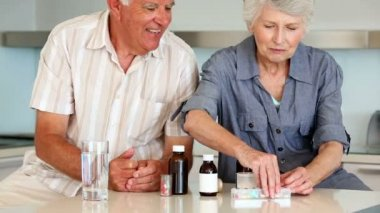 Senior couple organizing their medicine for the week — Stock Video