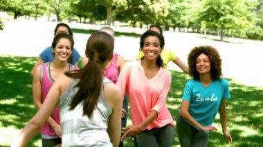 Klasa zumba tańczy w parku — Wideo stockowe