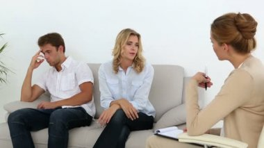 Unhappy couple talking with their therapist — Stock Video
