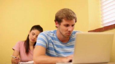 Studenten, die arbeit im klassenzimmer — Stockvideo