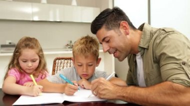 Children drawing with their dad at the table — ストックビデオ