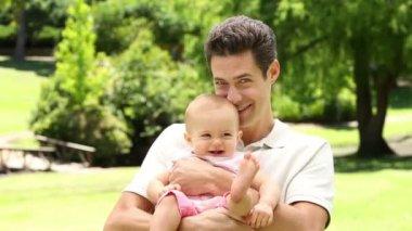 父は公園で彼の女の赤ちゃんを保持 — ストックビデオ