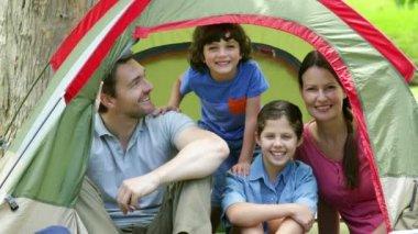 Aile kendi çadır kamp gezisinde poz — Stok video