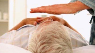 Senior hombre recibiendo terapia de reiki — Vídeo de stock