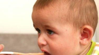 Bebê sendo alimentado — Vídeo Stock